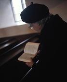 Äldre kvinna i kyrka