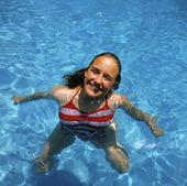 Kvinna i swimmingpool