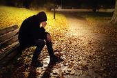 Deprimerad tonåring på en bänk